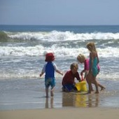 kids-on-family-beach-vacation-3-1205772-m